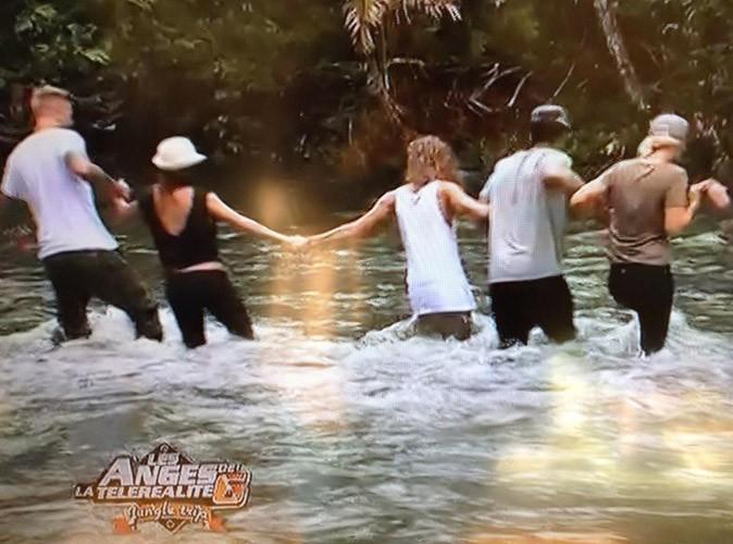 Les filles font des efforts dans la jungle