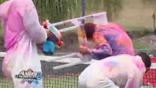 Pour détendre l'atmosphère entre les garçons et Jeremstar, Benjamin organise une partie de paintball