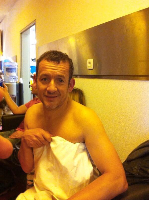 Enroulé dans une serviette, Dany Boon risque bien de s'enrhumer sans avoir à jouer les hyponcondriaques.