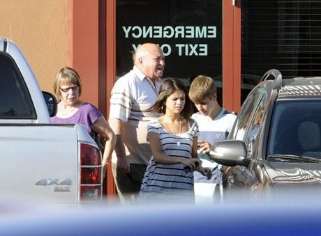Justin Bieber en compagnie de Selena Gomez et de ses grands-parents