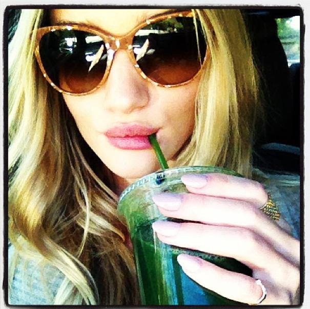 """Rosie Huntington-Whiteley et son smoothie """"green"""""""