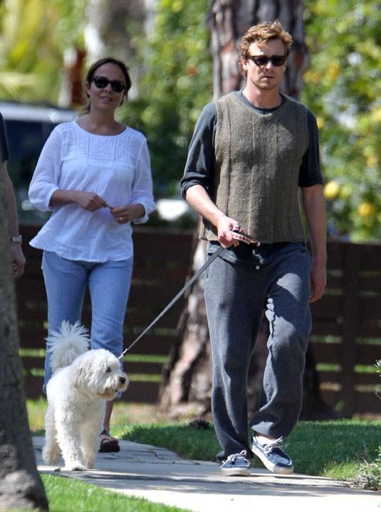 Dans la vraie vie, Simon Baker le Mentaliste, adore son petit chien-chien !