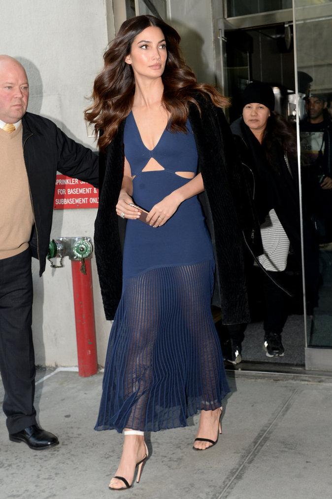 Photos : Lily Aldridge : look tricolore et robe transparente en promotion pour Victoria's Secret