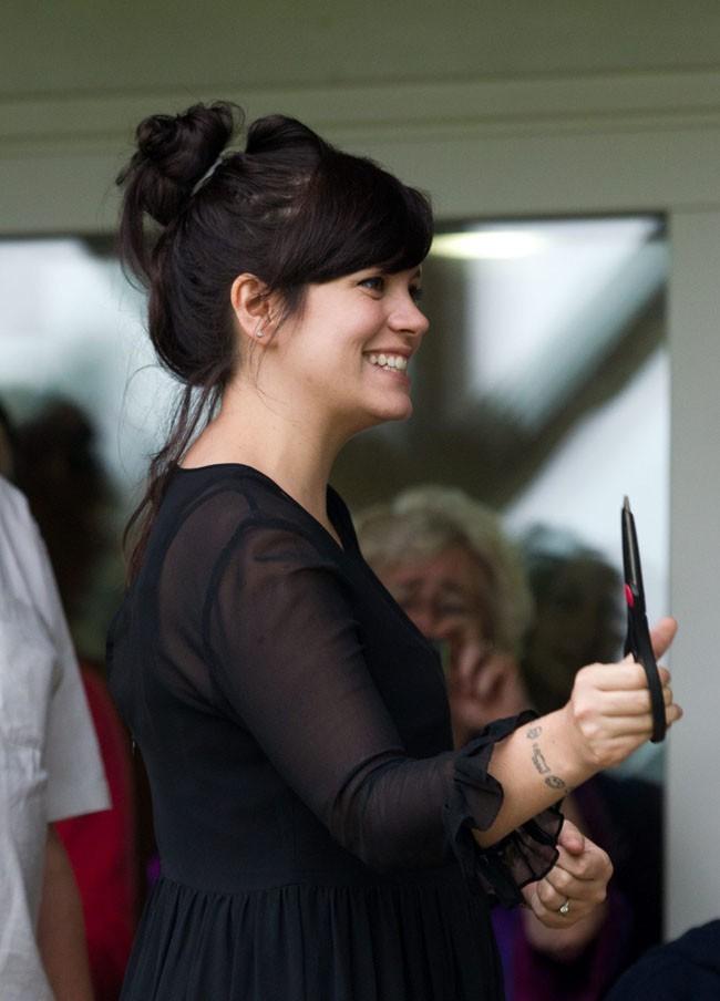 Lily Allen le 6 juillet 2012 rayonnante, à Stroud, dans le dans le Gloucestershire