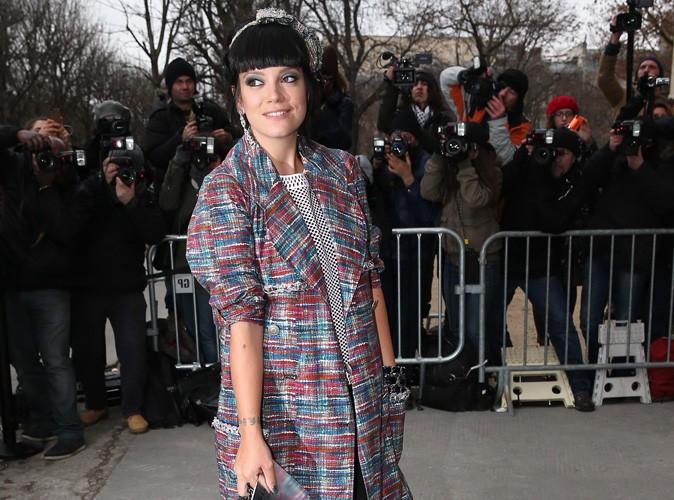 Lily Allen : la fan inconditionnelle de la maison Chanel s'affiche affinée et colorée au prestigieux défilé !
