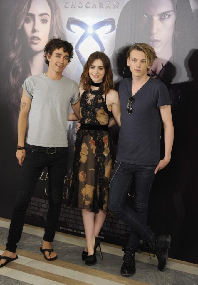 """Robert Sheehan, Lily Collins et Jamie Campbell Bower en promo pour le film """"The Mortal Instruments : La Cité des ténèbres"""" à Madrid, le 22 août..."""