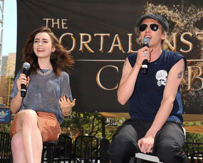 Lily Collins et Jamie Campbell Bower en promo à Glendale, le 13 août 2013.