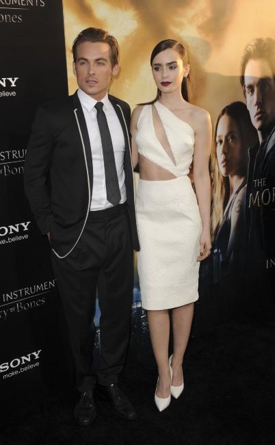 """Kevin Zegers et Lily Collins lors de la première de """"The Mortal Instruments : La Cité des ténèbres"""" à Los Angeles, le 12 août 2013."""