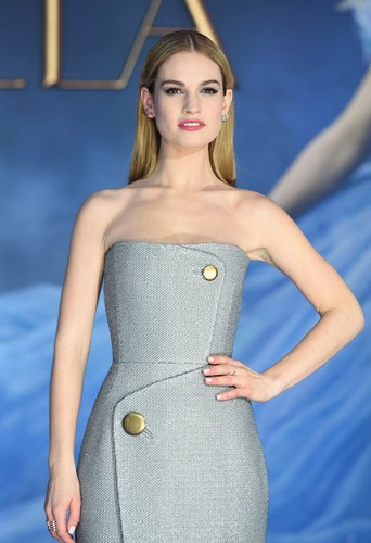 Photos : Lily James : une Cendrillon à la taille trop fine ? Elle répond !