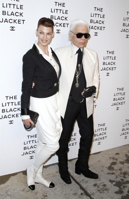 Linda Evangelista et Karl Lagerfeld lors de l'exposition Chanel à New York, le 7 juin 2012.