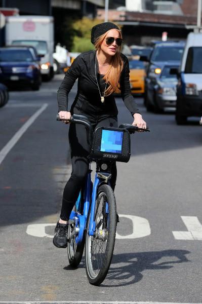 Lindsay Lohan en balade à vélo à New York, le 8 octobre 2013.