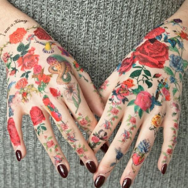 Mais elle est aussi de tatouages !