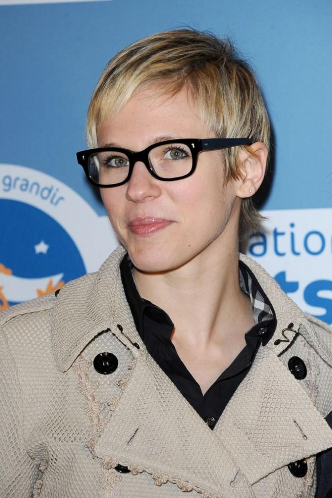 A croire qu'elle a piqué les lunettes de Christophe Willem !