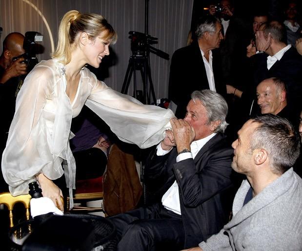 Alain Delon, en admiration devant la blondinette !