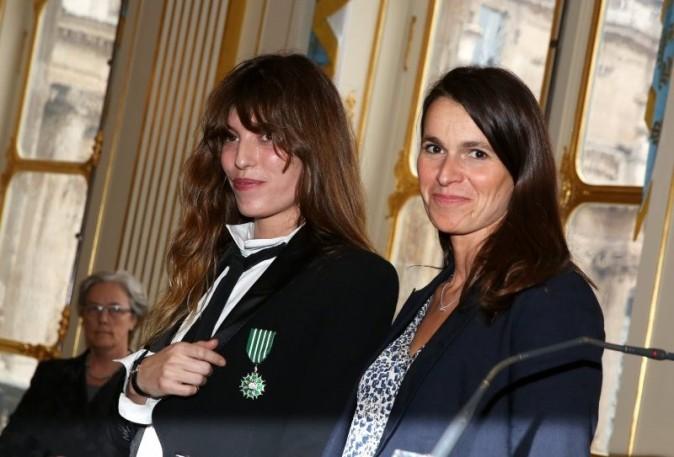 Lou Doillon, épinglée Chevalier des Arts au côté de sa mère Jane Birkin !