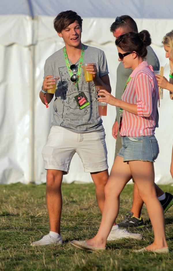 Louis Tomlinson avec sa girlfriend Eleanor Calder au V Festival le 19 août 2012