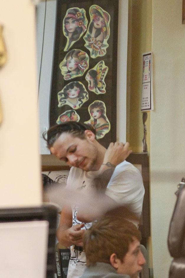 Louis Tomlinson dans un salon de tatouages de Los Angeles le 8 mars 2014