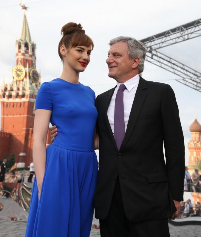 Louise Bourgoin et Sidney Toledano lors du défilé Haute Couture de la maison Dior à Moscou, le 9 juillet 2013.