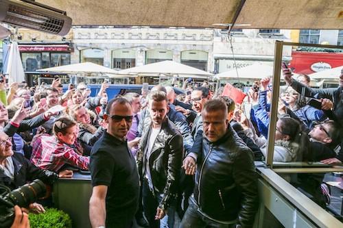 Photos : M. Pokora assailli par ses fans à Lille !