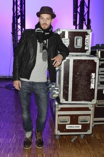 """M. Pokora dans les backstage de la soirée des """"Schwarzkopf Hairdessing Awards 2013"""" à Paris, le 24 mars 2013."""
