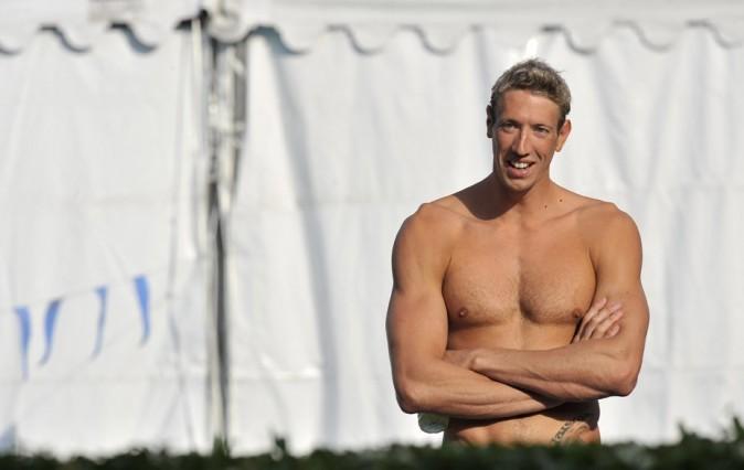 Forcément, le nageur Alain Bernard ne peut qu'être plus musclé !