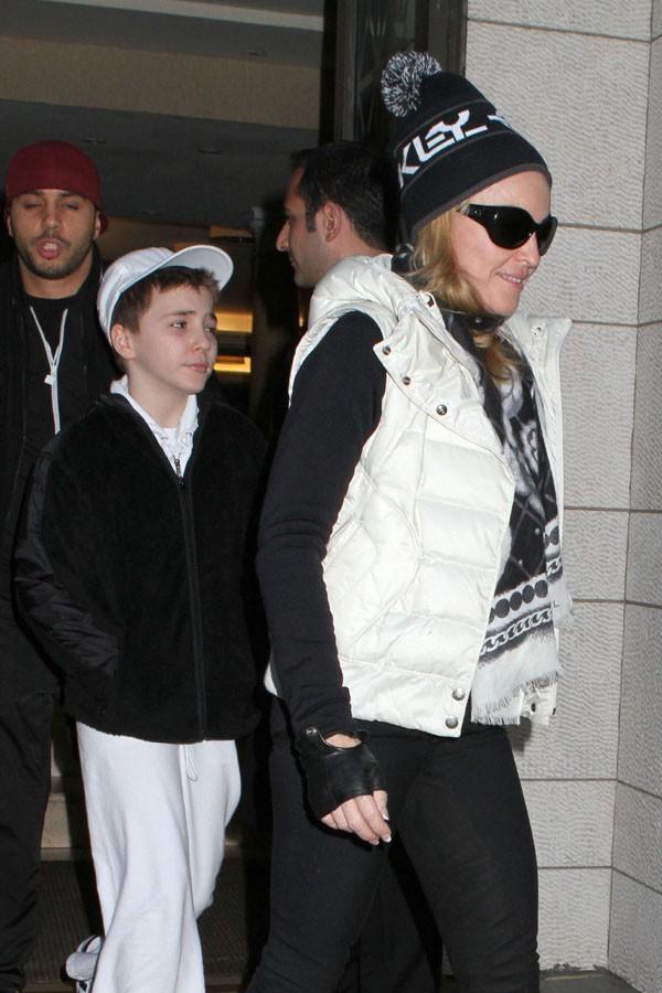 C'est dress code noir et blanc avec son fils Roco !