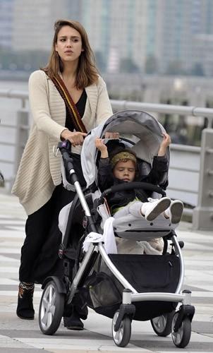 Jessica Alba en famille à New York, le 24 octobre 2011.