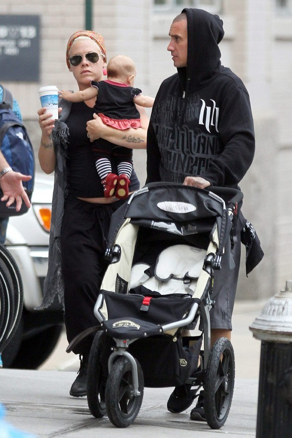 Pink, sa fille Willow, et son mari Carey Hart à New York, le 28 septembre 2011.