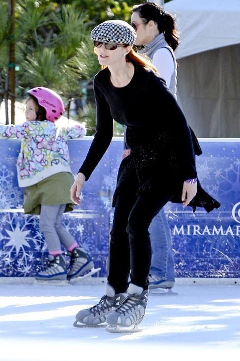 Marcia Cross à la patinoire avec ses jumelles à Santa Monica le 20 décembre 2012