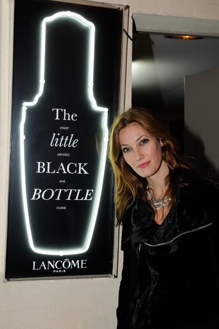 """Mareva Galanter lors du vernissage de l'exposition """"The Little Black Bottle"""" à Paris, le 18 septembre 2013."""