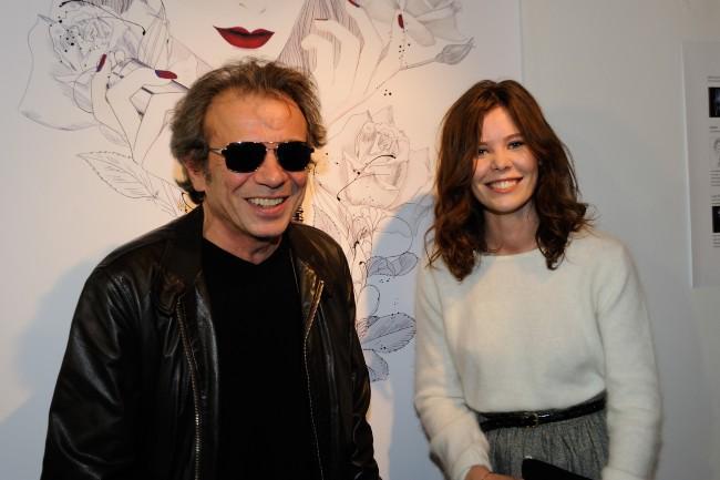 """Philippe Manoeuvre et Lou Lesage lors du vernissage de l'exposition """"The Little Black Bottle"""" à Paris, le 18 septembre 2013."""