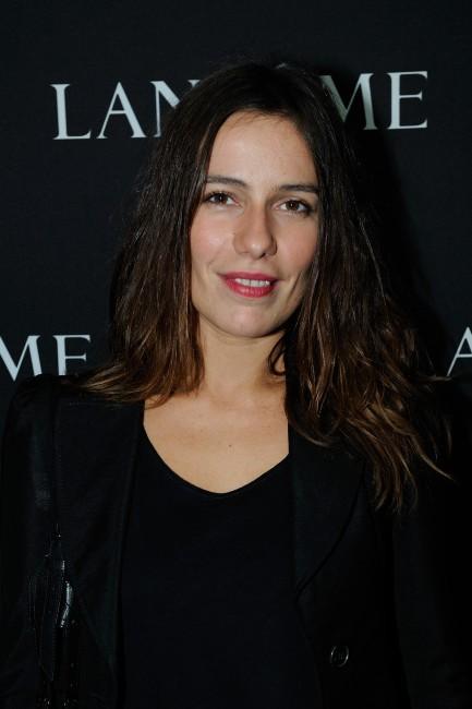 """Zoé Félix lors du vernissage de l'exposition """"The Little Black Bottle"""" à Paris, le 18 septembre 2013."""