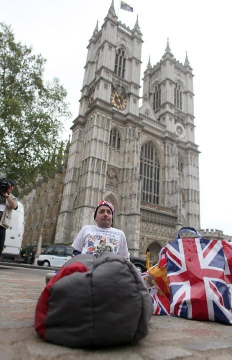 Les premiers fans attendent déjà devant l'Abbaye de Westminster, le 26 avril 2011.