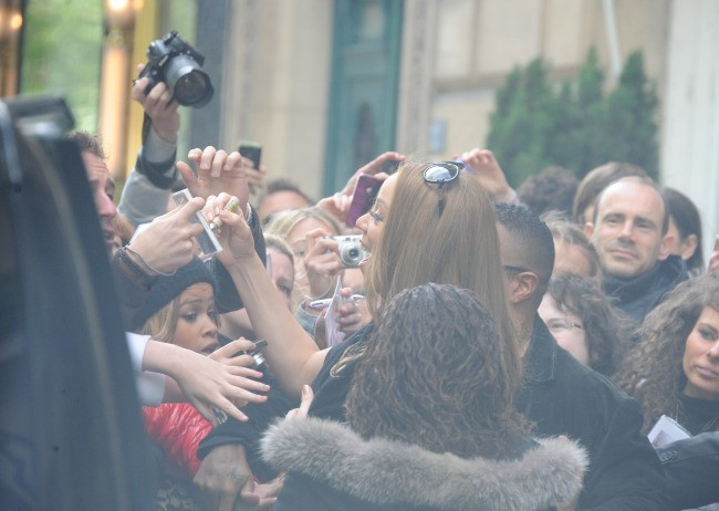 Mariah Carey quittant le Plaza Athénée à Paris, le 29 avril 2012.
