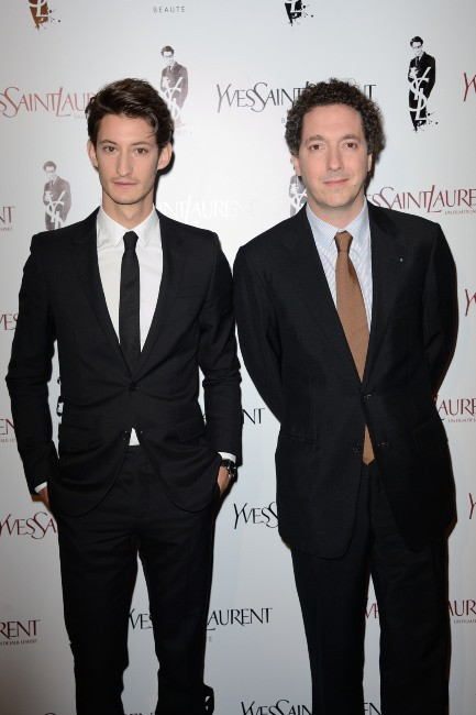 """Pierre Niney et Guillaume Gallienne lors de la première du film """"Yves Saint Laurent"""" à Paris, le 19 décembre 2013."""