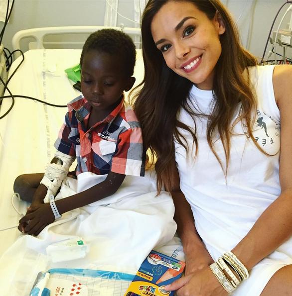 Photos : Marine Lorphelin : une Miss en or auprès des enfants malades...