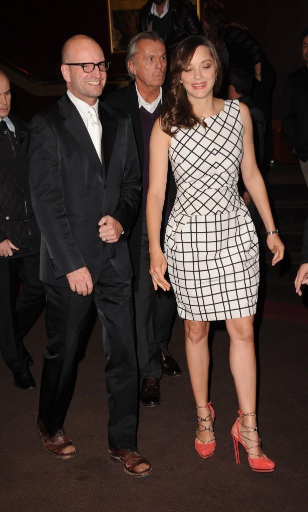 Marion Cotillard arrive à la première du film Contagion à Paris, le 23 octobre 2011.