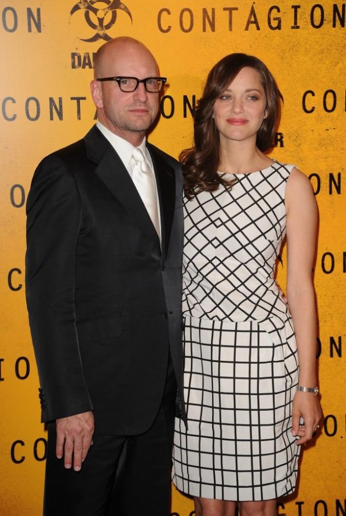 Marion Cotillard et Steven Soderbergh lors de la première du film Contagion à Paris, le 23 octobre 2011.