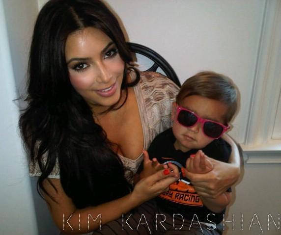 Kim fait prendre la pose gangsta à Mason !