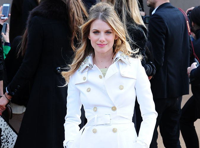 Mélanie Laurent à la Fashion Week de Londres : un trench sinon rien au défilé Burberry !