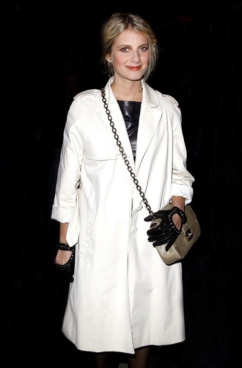 Que cache Mélanie sous son manteau blanc ?