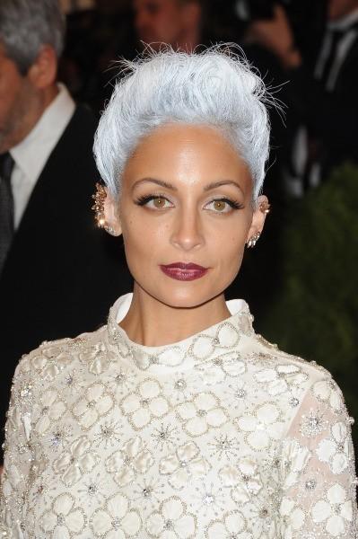 Elle a opté pour d'étonnants cheveux blancs