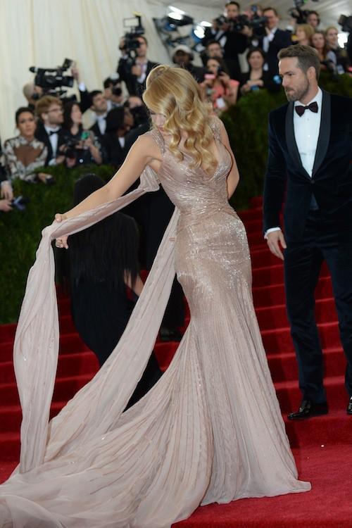 Mais Blake aimerait pouvoir ne pas s'emmêler les pinceaux dans sa robe !