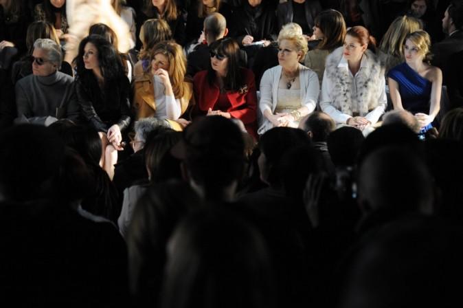 Michael Douglas, Catherine Zeta-Jones, Rene Russo, Anjelica Huston, Bette Midler, Debra Messing et Emma Roberts, lors du défilé Michael Kors à New York, le 16 février 2011.