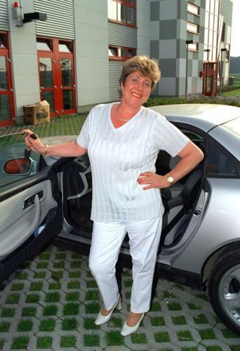 Elizabeth Schumacher, la mère de Michael, devant sa nouvelle voiture de l'époque offerte par son fils en 1998.