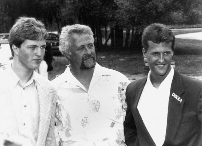 Les frères Ralf et Michael Schumacher avec leur père Rolf à Kerpen, en Allemagne le 19 juillet 1993.