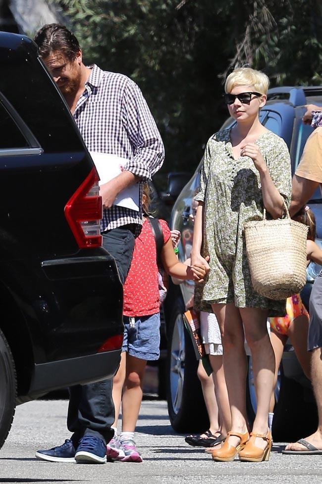 Michelle Williams, heureuse en famille le 6 août 2012 à Los Angeles