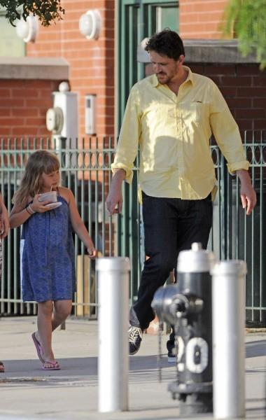 Jason Segel et Mathilda, la fille de Michelle Williams, à New York, le 11 juillet 2012.