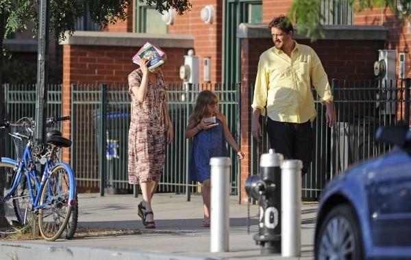 Michelle Williams, sa fille Mathilda, et Jason Segel à New York, le 11 juillet 2012.