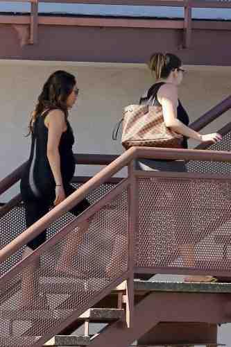 Mila Kunis : à quelques jours de son terme elle ne peut pas se passer de yoga !